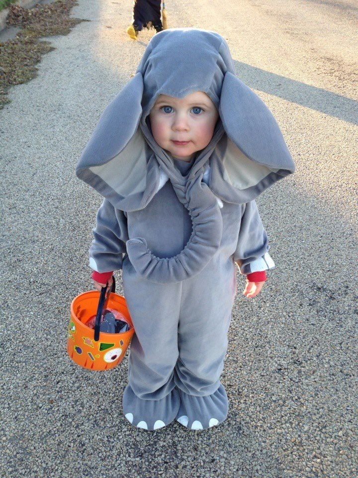 Дитя в костюмі слоненятка