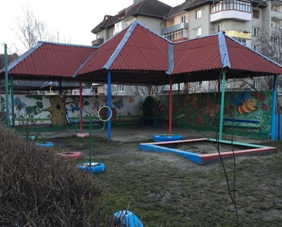 Альтанки на території НВК Ялинка
