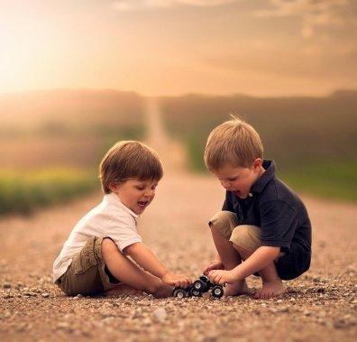 Діти, які граються на дорозі