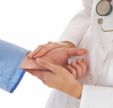 лікар обслідує вагітну