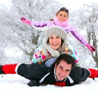 Батьки із дитиною взимку