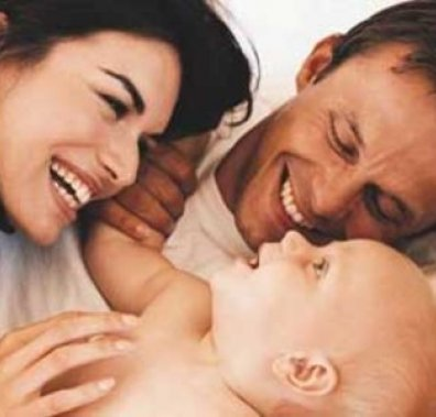 Щасливі батьки з немовлям