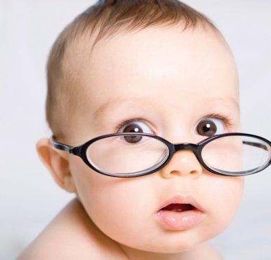 дитина в окулярах