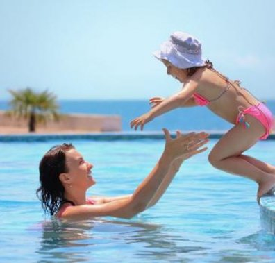 mom_and_kid_swimming