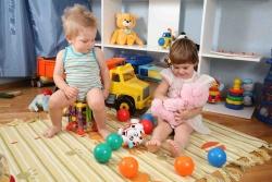 діти граються іграшками