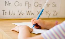 дитина пише